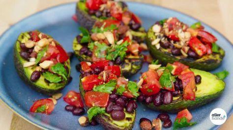 Op zoek naar vegetarische barbecuerecepten? Dan is avocado grillen op de BBQ is een must-do voor jou dit barbecueseizoen!BIJGERECHT – 6 STUKS – 15 MIN.INGREDIËNTEN 2 tastytom-trostomaten 1 limoen (schoongeboend)2 el koriander (grofgehakt)1 klein blikje zwarte bonen (blikje 200 g, uitlekgewicht 130g)2 el gerookte amandelen 3 avocado'sbarbecueBonen vulling makenSteek de barbecue aan. Snijd de tomaten in kleine blokjes. Rasp de groene schil van de limoen, halveer de vrucht en pers een ½ el…