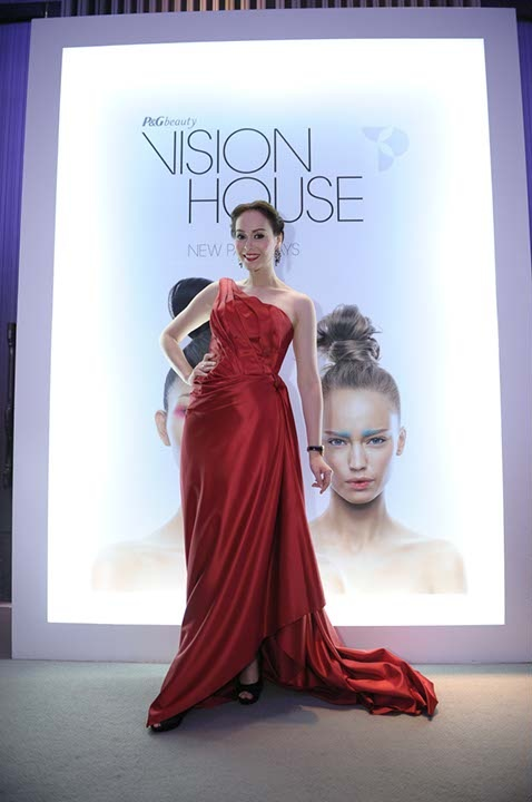 A loyal user and Olay Regenerist Celebrity Ambassador, Nat Myria flaunts her youthful and flawless-looking skin at VisionHouse