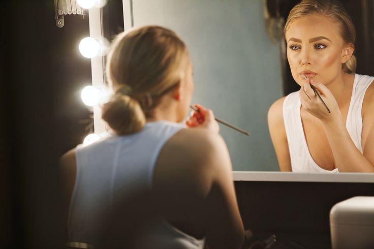 La scelta dello specchio non deve essere mai casuale, e se alcuni servono solo per arredare altri hanno funzioni specifiche. Per truccarci bene quindi, oltre ad aver bisogno di un'ottima luce avremo bisogno anche dello specchio giusto. Quale scegliere? Ce lo dice Stella Tagliazucchi MakeUp Artist su http://www.stilefemminile.it/limportanza-dello-specchio/