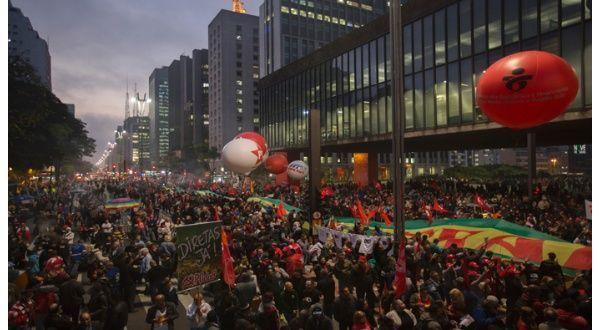Esta es la mas numerosa de las marchas convocadas por el Partido de los Trabajadores (PT), el sindicato Central Unica de los Trabajadores (CUT) y movimientos sociales del país.