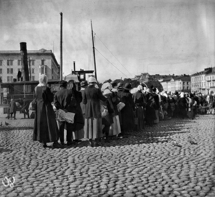 Perunajono Kauppatorilla.   Timiriasew Ivan 1918   Helsingin kaupunginmuseo   negatiivi, nitraatti, mv