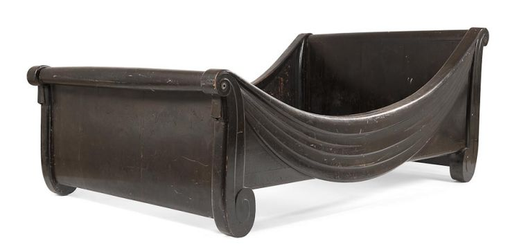 SUE & MARE pour La COMPAGNIE des ARTS FRANÇAIS - Louis SUE (1875-1968) & André MARE (1885-1932) Draperie, modèle créé vers 1925 Lit d'apparat, toutes faces, en bois noirci d'origine. 86 x 212 x 128 cm