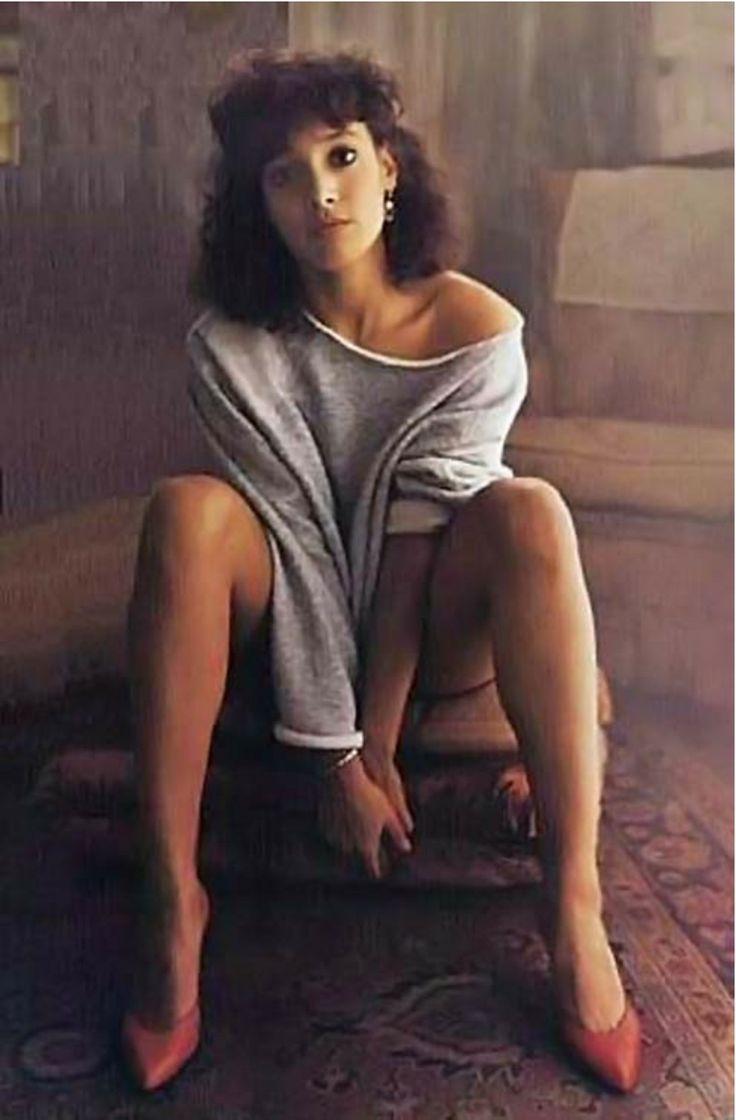 O pôster do filme, com Jennifer Beals usando um suéter com a gola exageradamente esticada, tornou-se uma das marcas do fime. Tal efeito, entretanto, não foi obtido propositalmente. Beals havia deixado a roupa por tempo demais na lavadora, levando-a a encolher. Para que pudesse usá-la, teve que cortar um grande pedaço na gola Oscar 1984 (EUA)