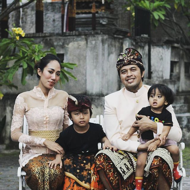 My 1st family foto of 2017 1st january , Its so hard to keep the children to stay still or to look  at the camera ~ Balawan - wow, they look so like their dad