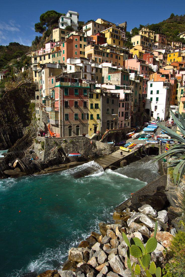 """en.flickeflu.com/photos/25228175@N08  Cinque Terre ligt in het zuidoosten van de Italiaanse streek Ligurie. Het is een uitzonderlijk mooi bewaard gebleven stukje van de Italiaanse Riviera. De naam """"Cinque Terre"""" staat voor vijf voormalige vissersdorpjes die pal aan de Middellandse Zee liggen en van oudsher onderling verbonden zijn door voetpaden. Het gebied behoort sinds enige tijd tot het culturele erfgoed van de Unesco."""