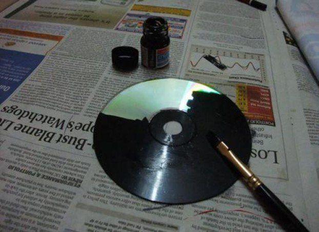 Sie bemalt ihre alten CDs mit schwarzer Farbe. Wenige Minuten später wirst Du es ihr nachmachen. | LikeMag | We like to entertain you