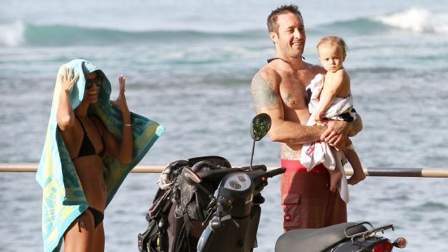 TV Insider: Alex O'Loughlin brings his family home to #Australia for #Christmas #HawaiiFive-O