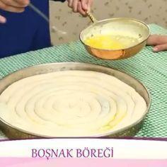 Hem Yapılışı hemde tadı olay bir börek.kesinlikle denemenizi tavsiye ederim. tüm detayları ve püf noktaları ile Boşnak böreği tarifi:1kilo un 2 tatlı kaşığı tuz yaklaşık 3 ila 3 buçuk arası su bardagi su ılık olmalı hamur sert olmamalı yağlamak için 3 yemek kaşığı tereyağ 1bucukcay bardağı sıvıyağ Yapılışı : unve tuz yogurma kalibina alınır bir karıştırılır unu elerseniz d...