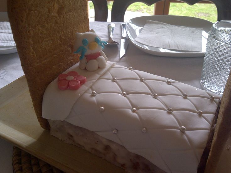 Lovely princess bed fondant cake¡ I made the head@footboard of the bed with a cookie recipe and a tiny kit tie and bed sheet with fondant. The bed is a yoghourt simple cake.