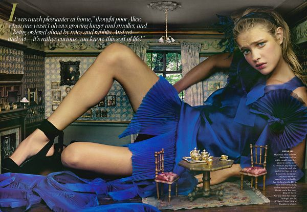 """Alice in Wonderland"" - Editorial da Vogue de 2003.  Fotógrafa: Annie Leibovitz e Modelo: Natalia Vodianova"