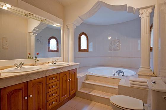 En esta #villa en #Dénia para 10 personas, uno de sus baños incluye bañera de #hidromasaje