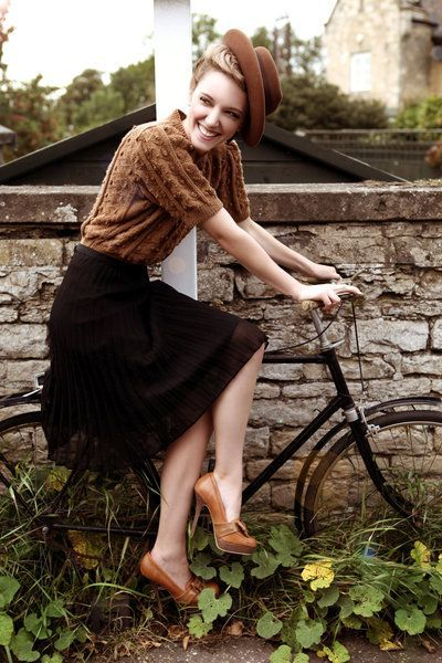 Confira 20 looks que provam: salto alto e bicicleta combinam