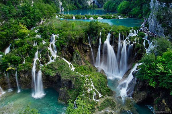 El Parque Nacional de los Lagos de Plitvice es el más conocido de los parques nacionales croatas. Está situado en la región de Lika, un paraje donde se alternan lagos, cascadas y manantiales de espectacular belleza.