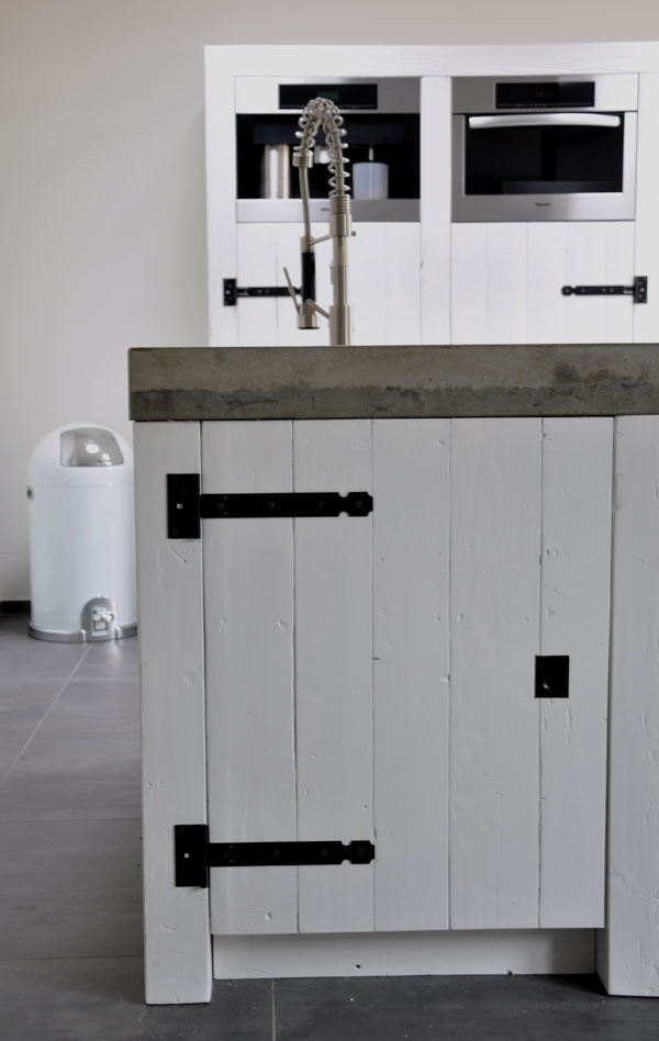wood panel kitchen cupboard - farmstyle hinges