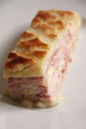 La feuillantine comtoise : pâte brisée sur le dessous, une alternance jambon, comté, béchamel sur plusieurs couches et pâte feuilletée striée sur le dessus.