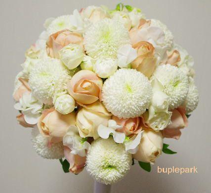 メインはピンポンマム。サーモンピンクのバラも散りばめて・・・とのご希望。 その他のお花は馴染みやすいスウィートオールドというコロコロしたスプレーバラと、 春先取りでスイトピーを。
