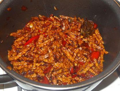 Veel mensen zijn nog onbekend met het gebruik van tempé (blok van geperste sojabonen). Je kunt het stoven in gerechten, maar ook bakken....