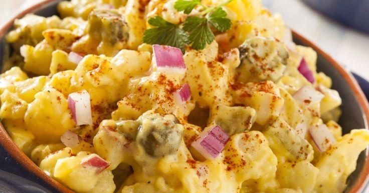 Cei din Nordul Europei obișnuiesc să consume această salată mai ales în timpul verii, la grătare. Și, din păcate, ei o cumpără gata făcută. Pentru că la noi nu prea se găsește și pentru că orice mâncare e mult, mult mai bună făcută în gospodăria proprie, vă arătăm cum facem noi cea mai bună salată …
