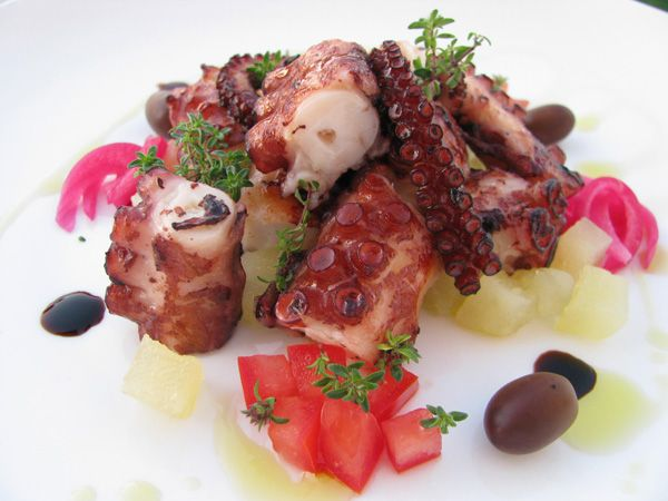 Polpo arrosto con brunoise di patatine novelle e pomodorini, olive taggiaschee cipolla marinata (da una ricetta di Stefano Deidda)