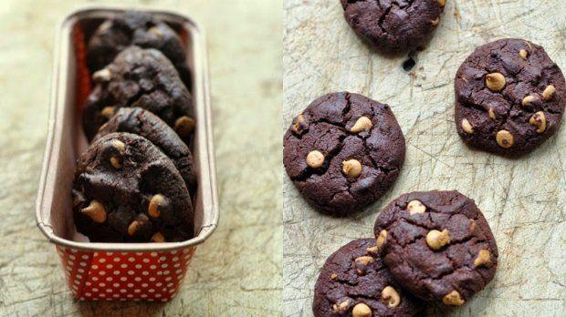 Vláčné čokoládové sušenky jsou absolutně neodolatelné. Zvlášť pokud se vám podaří sehnat čočky z burákového másla, které jim dodají švih. A pokud ne, použijte třeba kousky čokolády nebo nasekané ořechy podle chuti.