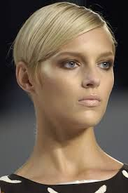 Model Anja Rubik short hair