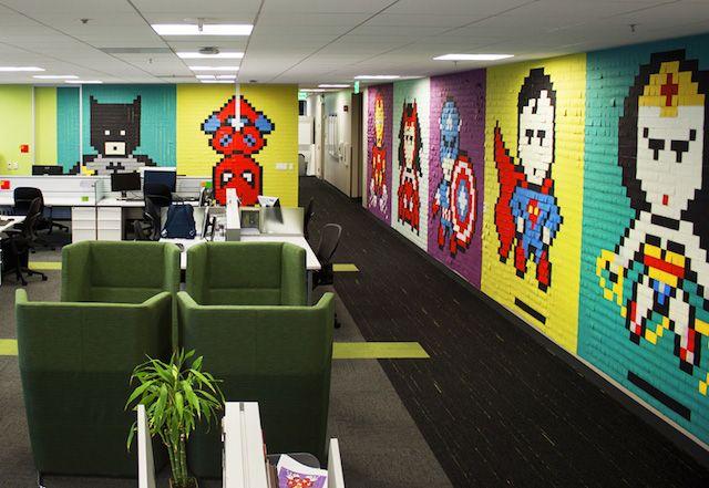 Un utilisateur de Reddit, connu sous le pseudo Bruck7, a partagé une installation murale de post-its qu'il a réalisée parce qu'il s'ennuyait de voir des murs gris au quotidien. Il a utilisé 8024 post-its pour constituer des fresques des héros de la pop-culture tels que Wonder Woman, Superman, Batman, Spiderman et Captain America.