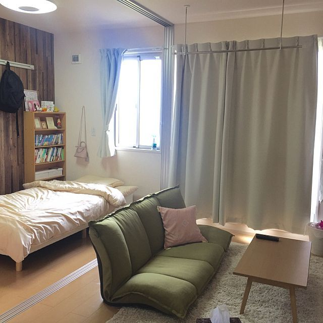 女性で、1DKのベッドルーム/ミッドセンチュリー/マットレス/木目調壁紙/ワンルーム/シンプルライフ…などについてのインテリア実例を紹介。「奥のベッドよりも手前のソファベッドで寝てしまいます。。。」(この写真は 2016-09-24 02:40:34 に共有されました)