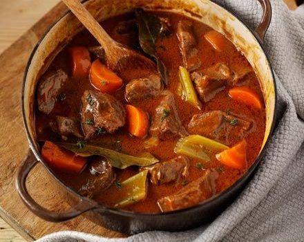 Βοδινό κοκκινιστό με λαχανικά στη γάστρα