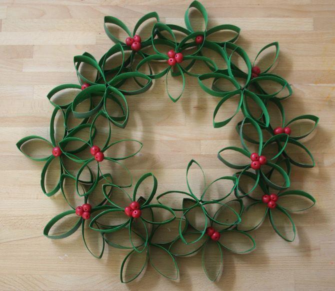 Couronne de Noël avec des rouleaux de papier toilette : http://idee-creative.fr/idees-loisirs-creatifs-speciales/loisirs-creatifs-enfants/et-si-on-declinait-la-deco-recup-murale-en-deco-de-noel/: