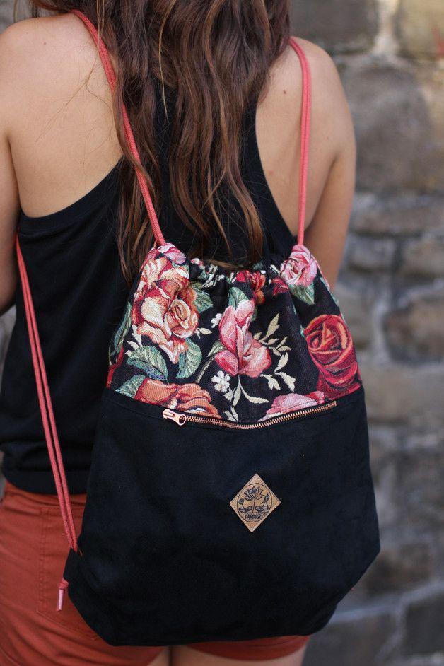 """Turnbeutel im Romantik-Look. Ein Träumchen! """"Rose"""" besteht aus einem schwarzen, sehr weichen Wildlederimitat und einem gemusterten (Rosen) Möbelpolsterstoff. Innen ist der Turnbeutel mit einem…"""