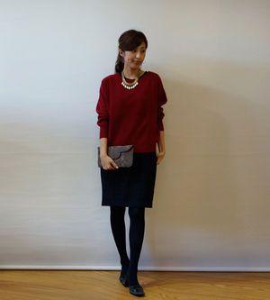 ジャガードジャージワンピースの上に赤のセーターを合わせて。