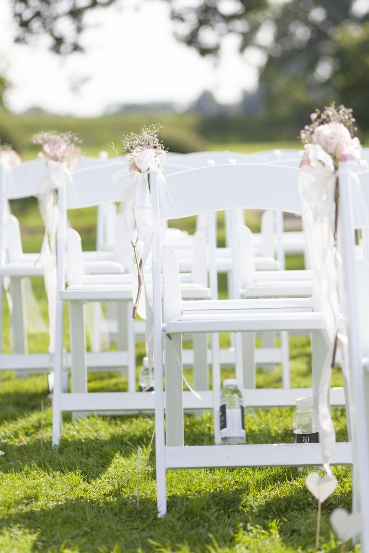 Onze stoeltjes staan in de tuin te wachten op de bruiloftsgasten met uitzicht op Kasteel Amerongen