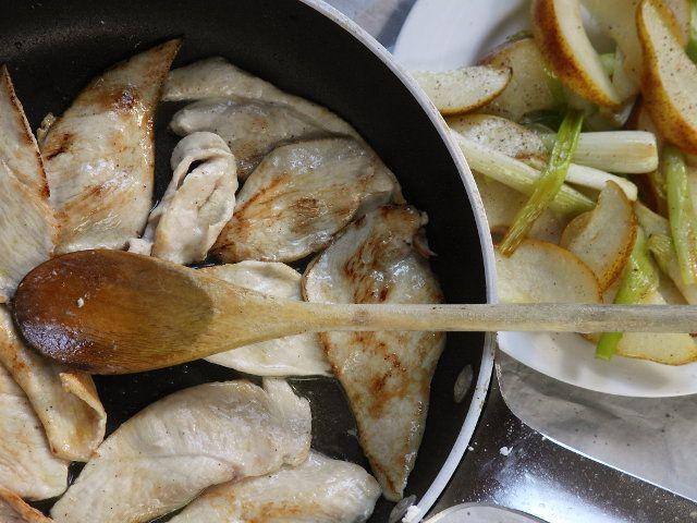 STRACCETTI DI POLLO CON PERE E ACETO BALSAMICO 4/5 -  Con l'olio rimasto far dorare rapidamente da entrambe i lati le fettine di pollo, salate e pepate.