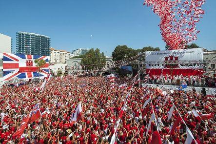 """Inglaterra. Los residentes de Gibraltar han celebrado su Día Nacional, que recuerda su condición de territorio británico de ultramar desde 1967, entre elogios del primer ministro Cameron a su """"enorme dignidad"""" ante las """"presiones"""" de los españoles."""