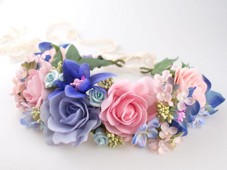 Ślubny, pastelowy wianek. Zdobiony pastelowymi kwiatami i dodatkami. Wiązany z tyłu koronkową wstążką. Idealny dodatek do Twojego radosnego nastroju.   Dostępny w sklepie internetowym Madame Allure.  #wianekślubny #ozdobyweselne
