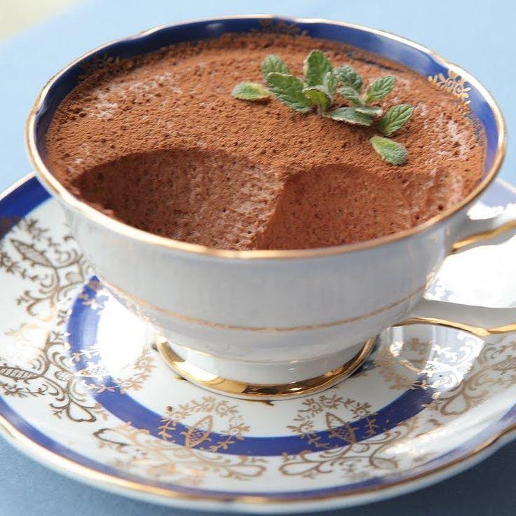 Легкий шоколадный мусс с мятой - когда хочется себя побаловать и совсем не хочется платить за это лишними калориями. на 100грамм - 97.31 ккал Б/Ж/У - 11.38/3.85/3.81 Ингредиенты: творог обезжиренный 150 г молоко обезжиренное 100 мл яйцо куриное 2 шт. какао без сахара 20 г свежая мята 20 г стевия Приготовление: Отделите желток от белка и разлейте их по разным ёмкостям. Смешайте желтки со 150 г творога до однородной массы венчиком. Добавьте стевию мяту молоко и какао взбейте венчиком до…