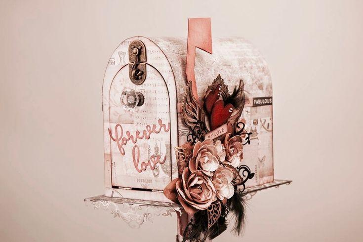 Hoy en el blog te mostramos esta delicia de buzón de scrapbooking romántico. Realizado por Julio Toledo, no le falta detalle: flores, siluetas de madera, plumas artificiales, cadenas y troqueles de volutas, embellecedor vintage… ¡En cuanto lo veas te enamorará! Ideal para bodas y regalar a tu pareja.
