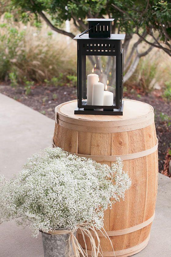 tonneau de vin, bougie lanterne et le souffle du bébé créent un look simple et rustique