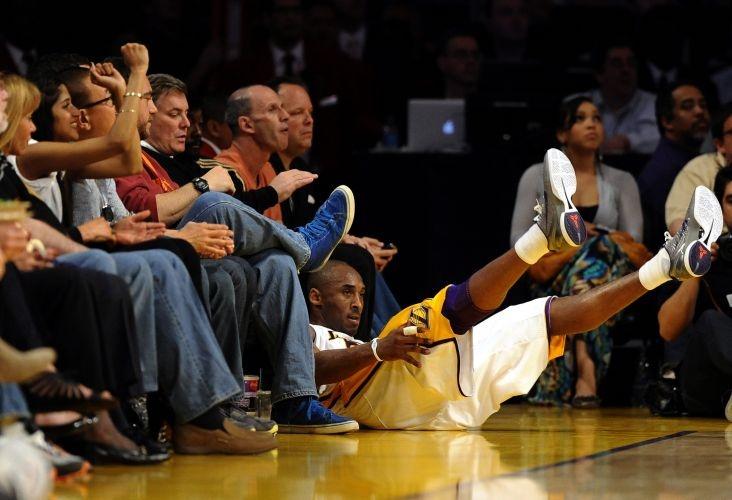 Kobe Bryant vai ao chão ao tentar salvar bola para os Lakers; astro anotou 34 pontos, mas viu o time perder para os Hornets, em casa http://uol.com/bycyYz