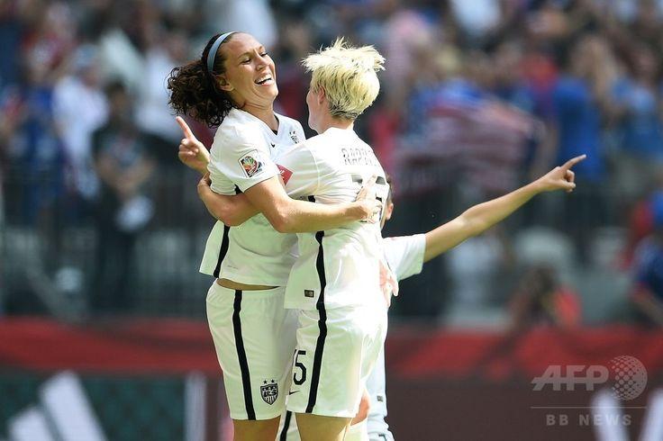 女子サッカーW杯カナダ大会・決勝、米国対日本。得点を挙げ、ミーガン・ラピノー(右)と喜ぶ米国のローレン・ホリデー(2015年7月5日撮影)。(c)AFP/Getty Images/Dennis Grombkowski ▼6Jul2015AFP|【写真】なでしこジャパン完敗、W杯連覇ならず http://www.afpbb.com/articles/-/3053699 #2015_FIFA_Womens_World_Cup #Final_United_States_vs_Japan