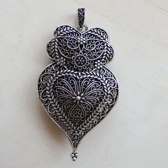 Welcome to our shop, welcome to Portugal!  One of the most striking elements of traditional Portuguese jewelery is the heart of Viana, dating from the