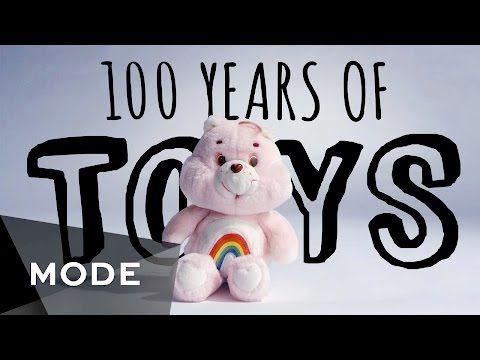 SO Barn förr och nu. Mode som vanligtvis brukar ägna sig åt att göra klipp där de visar hur vi klätt oss och sminkat oss de senaste 100 åren har nu gjort ett där man istället tittar på leksakerna genom åren. Ni vet, innan det fanns såna där surfplattor.