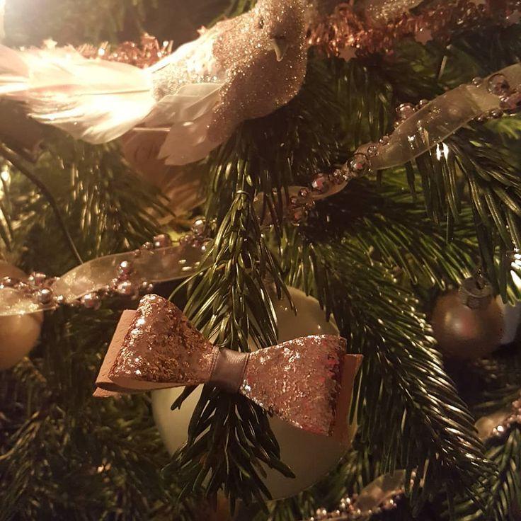Zelfs in de boom zijn ze erg glamoureus #glitterstrik #glitterstrikken #kersthaaraccessoires #kerststrikken #haarstrik #bows #lerenstrik #haaraccessoiresvoorkids