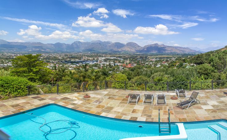 Find this absolutely magnificent and well-positioned luxury Paarl property for sale on the top of the Paarl Mountain.