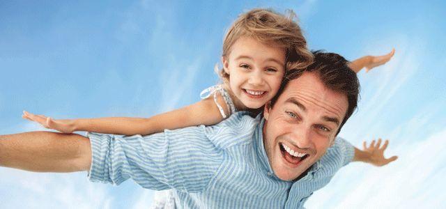 2016+Babalar+Günü+ne+zaman?+Nasıl+ortaya+çıktı?  Sonora Smart Dodd, bir pazar günü kilisede, Anneler Günü kutlamaları sırasında, son çocuğunu dünyaya getirirken ölen annesinden sonra bir savaş gazisi olan babası W. Jackson Smart'ın annelik görevini üstlendiğini, kendisi ve diğer beş erkek kardeşini büyük fedakarlıklarla yetiştirmeye çalıştığını düşünür ve babalar için de bir gün olması gerektiğini düşünür ve bunun için çalışmalara başlar