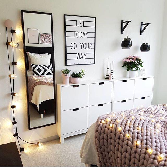 Pastelową aranżację sypialni urozmaicono bardziej wyrazistymi dodatkami. Czarne ozdoby i girlanda z żarówkami tworzą...