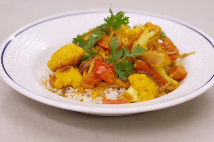 Jeroen heeft veel respect voor de Indiase keuken. Het is de ideale inspiratiebron om ideeën op te doen voor een smakelijke vegetarische keuken. Daarin hebben ze ginderachter veel ervaring. Jeroen zet een curry op het menu met heel veel groenten en een clubje van fijne specerijen met karakter. De wok is de ideale pan om deze bereiding te maken, en met een portie rijst erbij zet je een voedzame en vetarme maaltijd op de tafel met smaken die je doen wegdromen naar een exotische plek op aa...