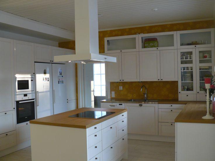 White kitchen with yellow Kiurujen yö wallpaper
