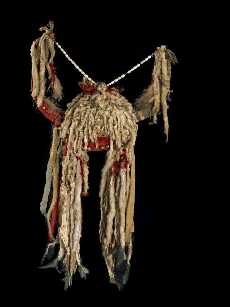Head-dress (with two horns) made of hide, cloth, fur, feathers, metal studs, and glass beads. Головной убор, Черноногие, вид 2.