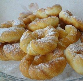 INGREDIENTE: -1 ou; -50 gr de zahăr; -1 plic de vanilie sau zahăr vanilat; -1 pahar de chefir sau orice alt produs lactat fermentat; -un praf de sare și bicarbonat de sodiu; -3 pahare de făină; -ulei – pentru prăjit; -zahăr pudră – pentru decor. MOD DE PREPARARE: 1.Combinați toate ingredientele, ultima adăugați făina cât cere compoziția și frământați un aluat moale. 2.Întindeți aluatul într-un blat cu grosimea de 1 cm. 3.Tăiați fâșii, le rotiți în formă de spirală și le uniți formând…